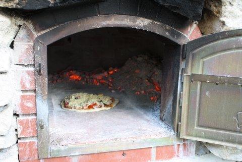 Pizza-oven met pizza die aan het bakken is